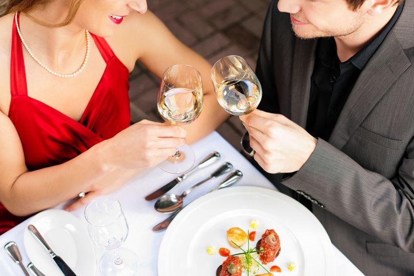 Paar beim Essen und Trinken